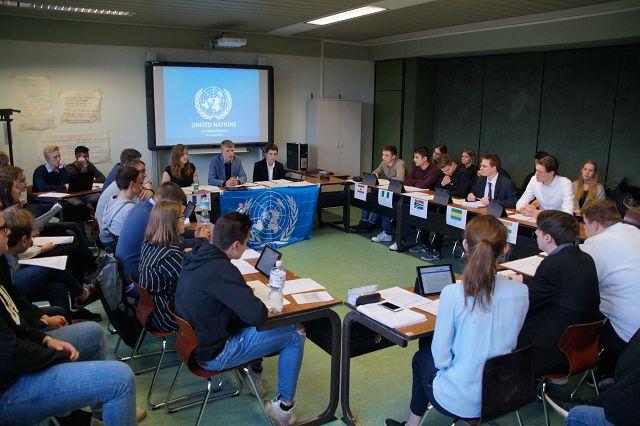 Schüler werden zu UN-Politikern – gemeinsames SoWi-Planspiel